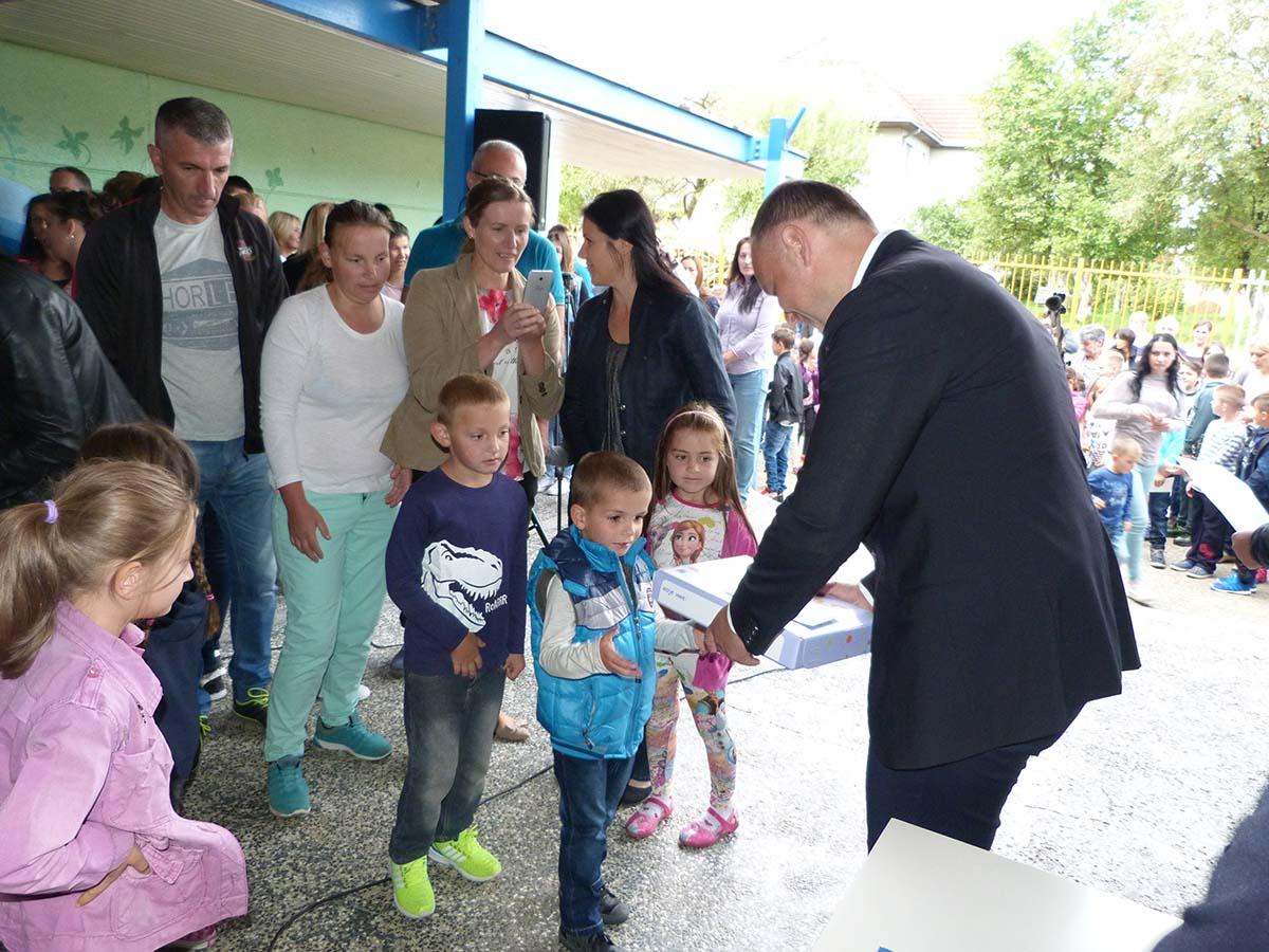 Predsjednik Žurić uručio udžbenike đacima prvacima OŠ Vladislav Sl. Ribnikar u Rasovu