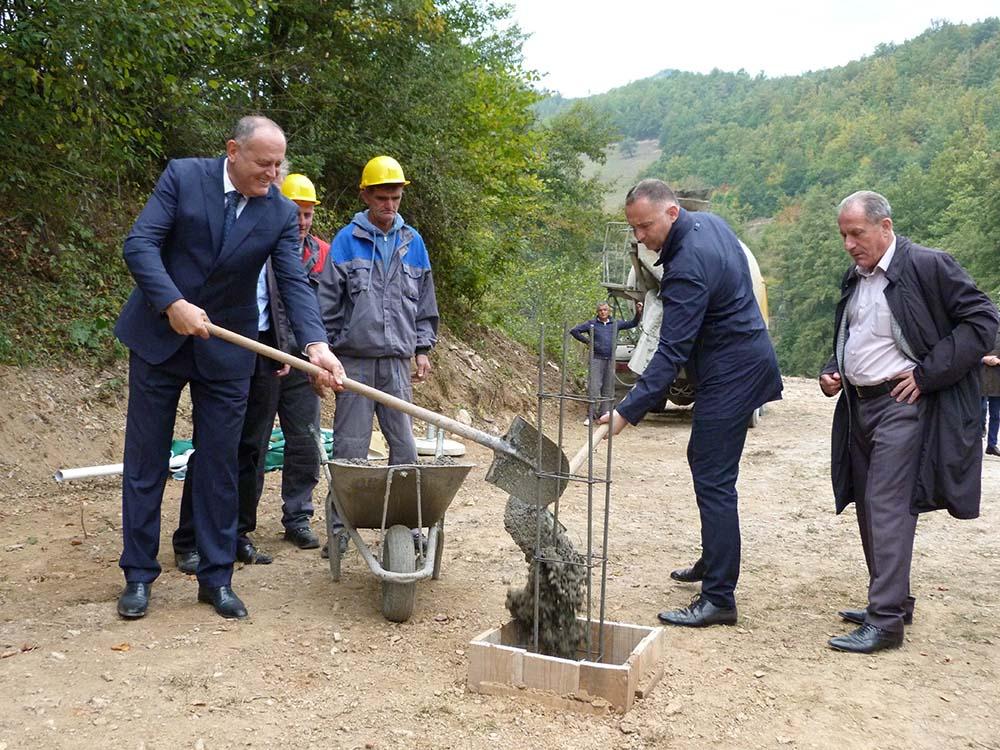 Ministar Simović i predsjednik Žurić položili kamen temeljac za izgardnju vodovoda i obišli novosagrađeni objekat škole u Dobrakovu